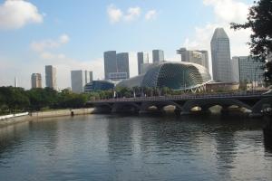 Sungai Singapura dengan latar belakang Esplanade Theatres