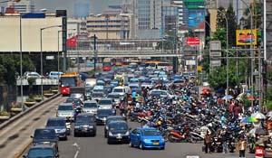 Parkir on street di Jalan Gajah Mada (sumber : poskotanews.com)