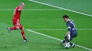 Arjen Robben membobol gawang Dortmund