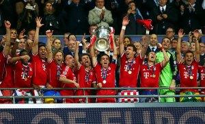 Para pemain Bayern mengangkat trofi Liga Champions