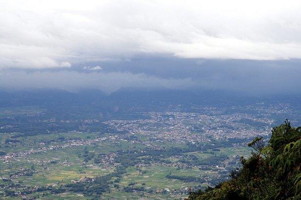 Bukittinggi dilihat dari pinggang Gunung Marapi. Nampak Ngarai Sianok di sebelah kiri
