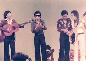 "Nanu, Kasino, Indro, dan Dono ketika menyanyi dalam adegan film ""Mana Tahaaan"" (sumber : http://houtskools.com)"