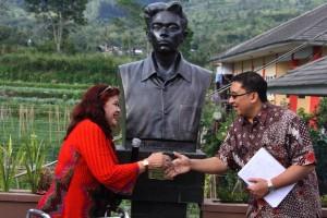 Evawani Alissa meresmikan patung Chairil Anwar di Rumah Budaya Fadli Zon (sumber : antarasumbar.com)