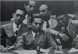 Agus Salim mendampingi Sutan Sjahrir (tengah) di Sidang PBB