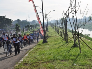 Sisi Banjir Kanal Timur yang dipergunakan untuk berolahraga (sumber  thejakartareview.wordpress.com)