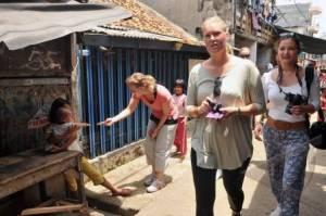 Orang asing mengeksplorasi kemiskinan di Jakarta. Mereka menyebutnya