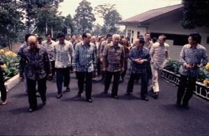 Para Pengusaha Tionghoa bersama Soeharto (sumber : berita.plasa.msn.com)
