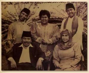 Benyamin Sueb dan Rano Karno melestarikan budaya Betawi dalam film Si Doel Anak Sekolahan (inspirasi cerita diambil dari karya Aman Datuk Madjoindo)
