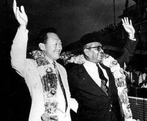 Lee Kuan Yew (kiri) dan Tunku Abdul Rahman