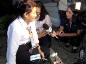 Susi merokok setelah sesi perkenalan anggota Kabinet Kerja