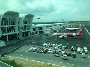 Air Asia di KLIA 2 (sumber : www.abs-cbnnews.com)