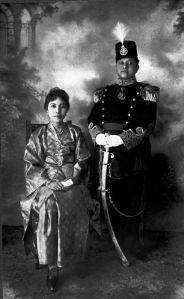 Sultan Syarif Kasim II (berdiri)