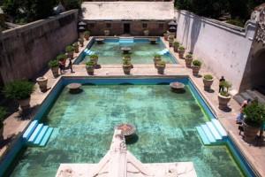Pemandangan dari atas : Pemandian Taman Sari (sumber : pompei-hotels.com)