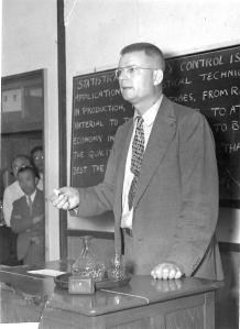 Edwards Deming memberikan seminar di Jepang (sumber : www.deming.org)