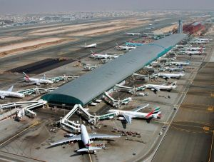 Emirates di apron Dubai International Airport (sumber : www.hlgroup.com)