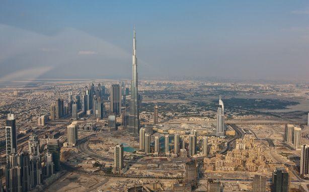 Burj Khalifa di tengah-tengah Dubai (sumber : miriadna.com)