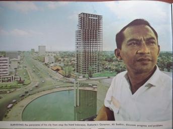Ali Sadikin Berpose dari Atas Hotel Indonesia di Awal 1970-an (sumber : http://3.bp.blogspot.com)